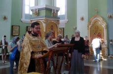 Молебны у святыни